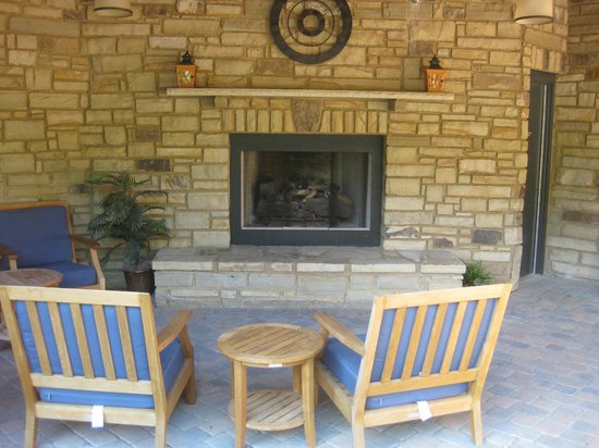 Hampton Inn Pigeon Forge: outside fireplace