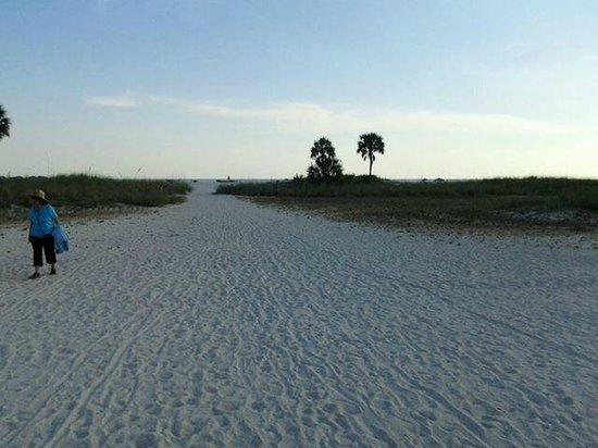 تروبيك تيرس: walk from hotel to beach