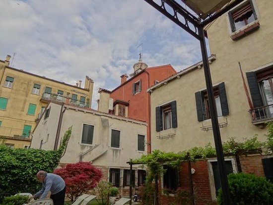 Casa Rezzonico: Garden toward building