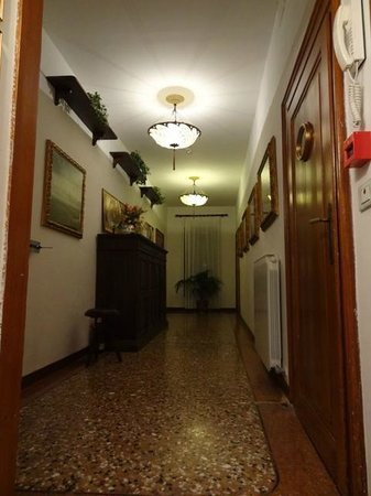 Casa Rezzonico: Hallway on first floor