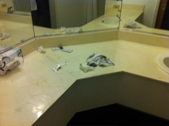 Budget Inn and Suites Stockton: Disgusting Bathroom