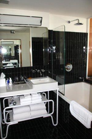 The Standard, High Line: badeværelse med udsigt til værelset