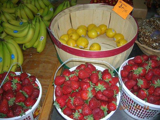 Carver's Applehouse: Produce barn