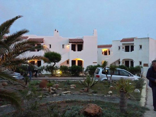 CLUB CALIMERA Delfin Playa: Die Hotelbugalows am Abend schön beleuchtet