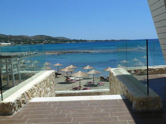 """Seaside Sunrise Hotel : Vue du bar extérieur, et escalier pour descendre sur les nouvelles terrasses """"lounge"""""""