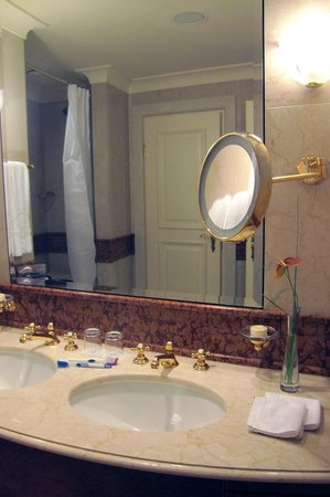 Grand Hotel Wien: Grand Hotel Bathroom sinks and vanity