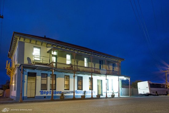 Neptunes International Backpackers: Night time shot of the Hostel