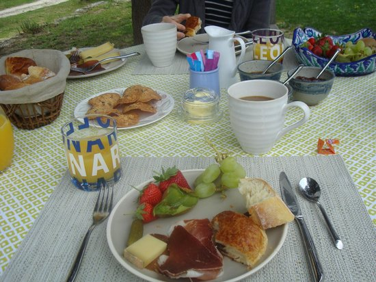Mas Galinelle : Breakfast in the Garden