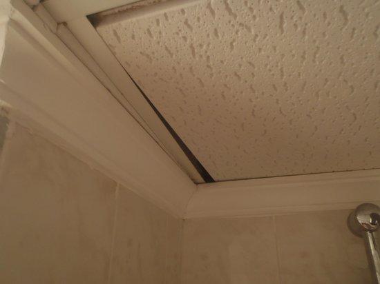 Sol Arona Tenerife: ceiling tiles falling in