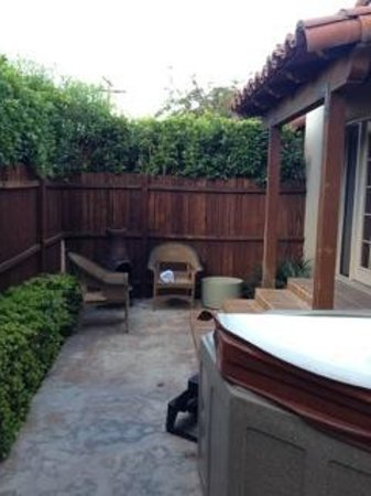 The Rossi Hotel: side yard with hot tub