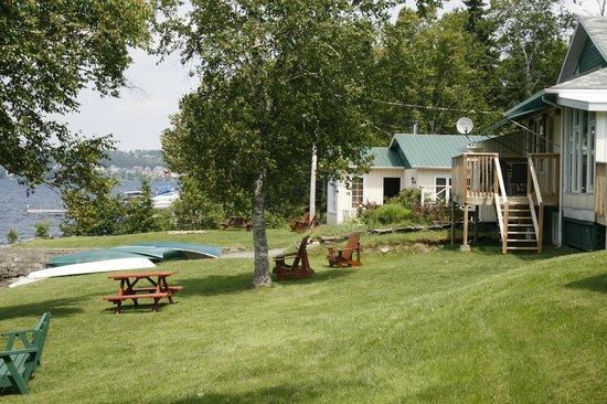 Auberge et Chalets sur le Lac: Devant de l'auberge - face au lac