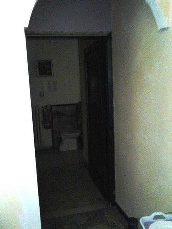 Hotel Etrusca : materiale di cantiere nel corridoio mal odorante