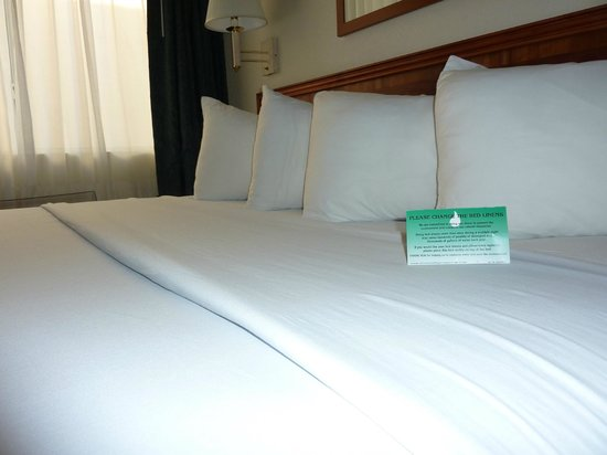 Garden Place Suites: The bed was clean and comfortable.