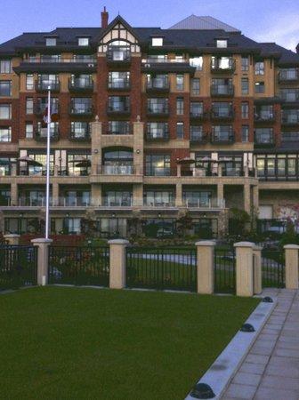 Oak Bay Beach Hotel: Hotel taken from pool area