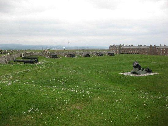 The Gun Lodge Hotel: Fort George ramparts