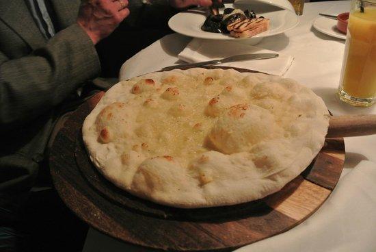 garlic pizza picture of gusto restaurant bar edinburgh tripadvisor. Black Bedroom Furniture Sets. Home Design Ideas