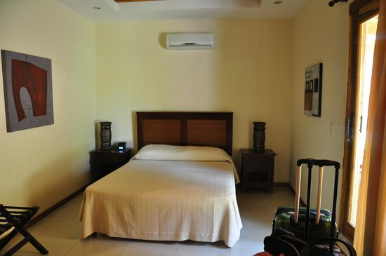 Hotel Arco Iris: Bedroom with one queen and one single
