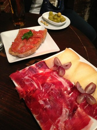 Toma Jamon : Tomato Bread and our plate of ham and cheese