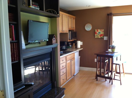 Inn at Huntingfield Creek: Zen cottage living room - also has pullout couch, and breakfast table on little deck outside