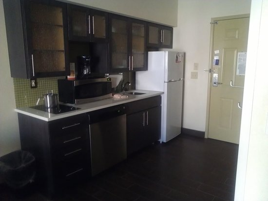 Candlewood Suites Alexandria - Fort Belvoir: Kitchen area