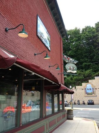 Maroons Sports Bar : As you approach Maroons, parking across the street