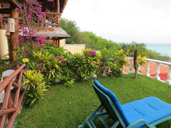 Hotel La Joya: Grass terrace of room 6