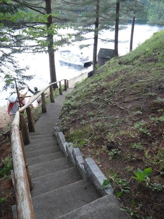 White Lake Lodges: Walkway to beach