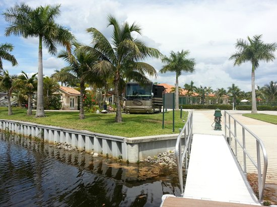 Naples Motorcoach Resort: creek front site
