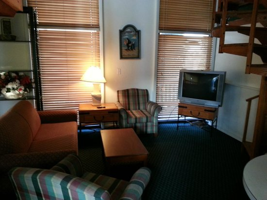 Sun Deck Inn & Suites: Living Room