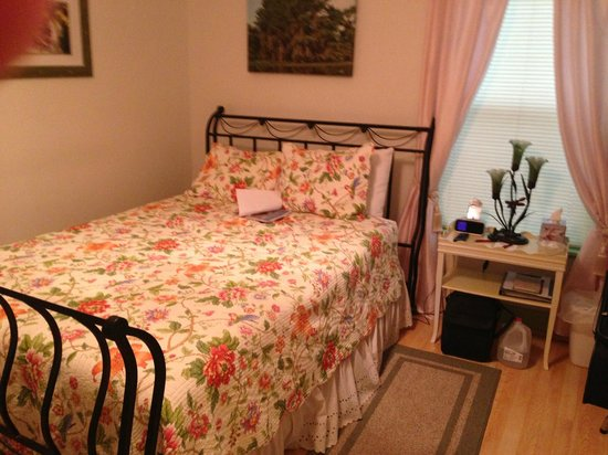 The Carriage House Bed and Breakfast: Charming Room