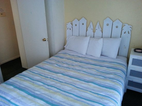 Sun Deck Inn & Suites: Bedroom with Queen Bed