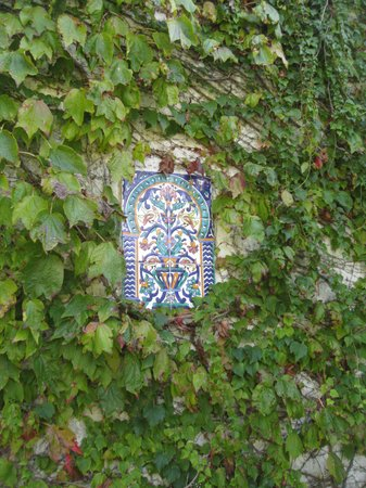 Le Clos Saint Paul: Tile on wall outside our room