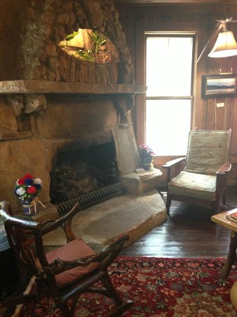 Lake Rabun Hotel & Restaurant: The gathering room.  A fire here in the winter.