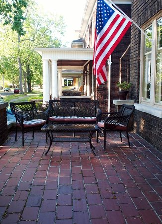 Park Place Bed and Breakfast: Front porch ready for Memorial Day