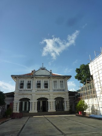 Phuket Thaihua Museum: The musuem seen form the entrance on Krabi street