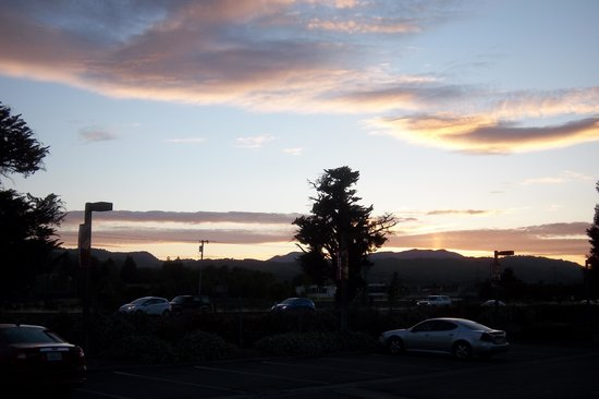 Napa Winery Inn: Sunset from the parking lot