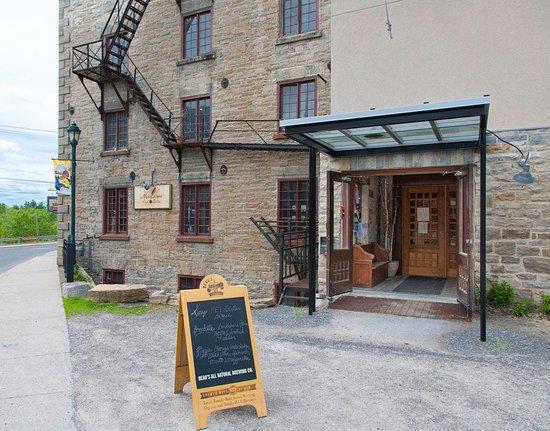 Heirloom Cafe Bistro: Main entrance