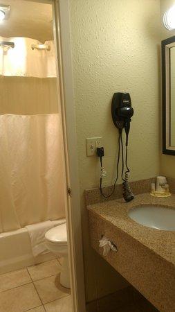 Motel 6 Dodge City : bathroom