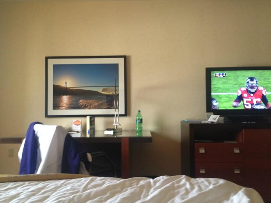 Paramount Hotel: TV, desk, and wall