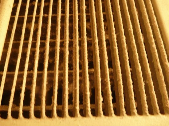 Sylvia Hotel: Disgusting air vent in bathroom