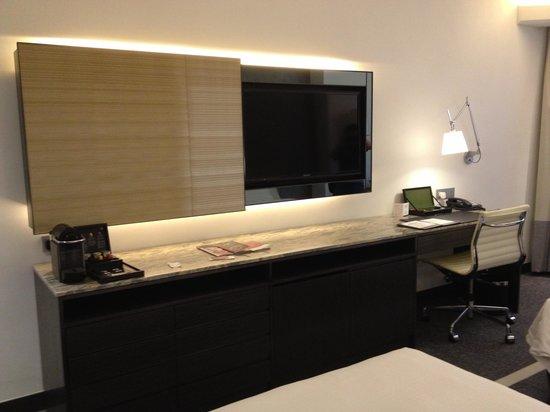 Gateway Hotel (Marco Polo Hotels): tv