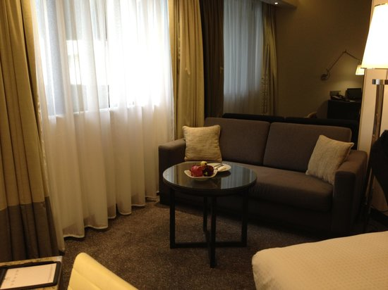 Gateway Hotel (Marco Polo Hotels): couch