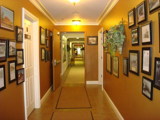 Depot Inn & Suites: Hallway to the rooms - a museum
