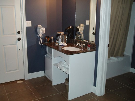 Depot Inn & Suites: Vanity area in one of the rooms we've stayed in