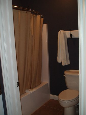 Depot Inn & Suites: Tub/shower and toliet in separate area from vanity