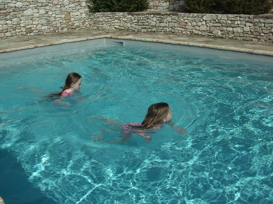 Pianciano: Kids cooled off on a warm day