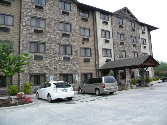 Brookstone Lodge : The entry side, away from the road.
