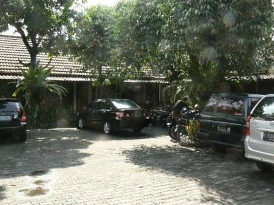 Hotel Kusuma: entrance with parking