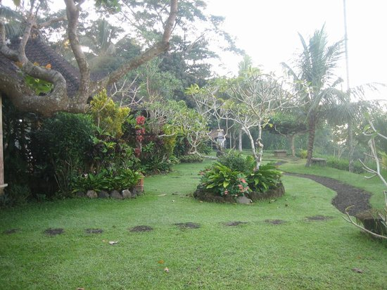 Geria Semalung Bungalow : the landscaped grounds