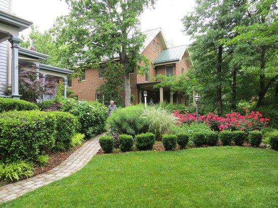 Oakwood Inn Bed and Breakfast: Front garden
